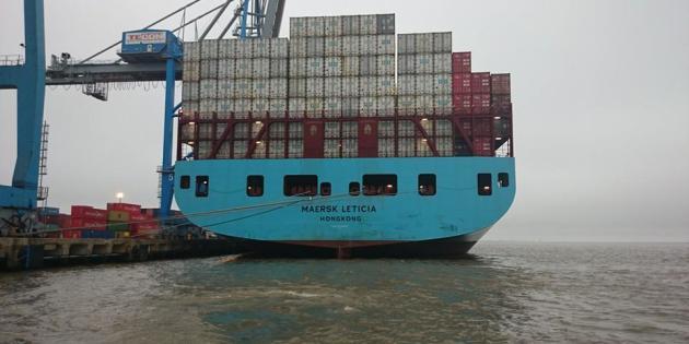 Navio de container descarregando em Rio grande