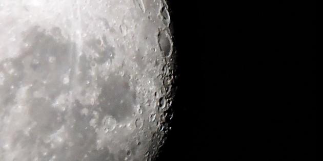 Linda imagem das crateras da Lua em close
