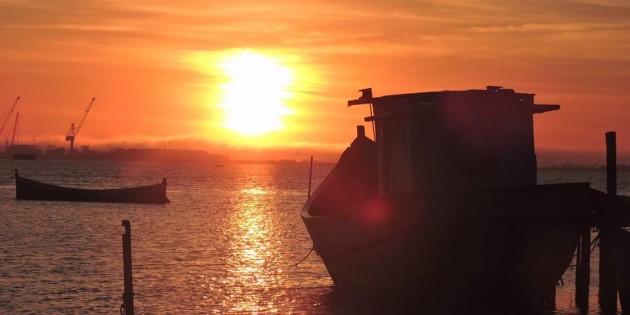Por do Sol entre barcos belissimo