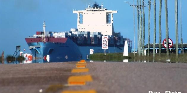 Porta-container da MAERSK, entrando nos molhes pra operação no TC