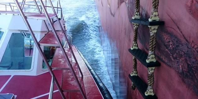 lancha encostando no navio para subida do pratico