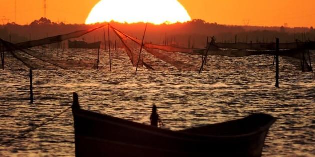 Final de tarde na laguna dos patos redes a espera da safra de camarao