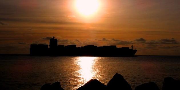 Navio saindo junto com sol, boa noite belissima