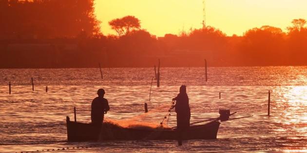 Pescadores lançando suas redes a procura do seu sustento na laguna dos patos