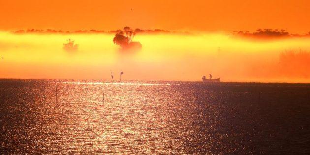 o pescador cedo da manhã no mar