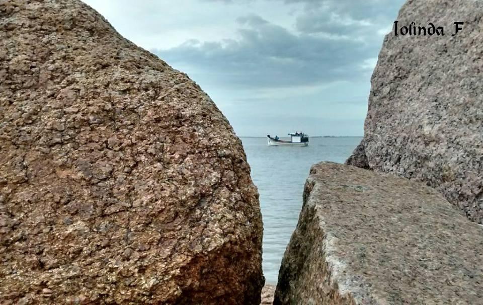 Barco de Pesca visto dos Molhes em Rio Grande