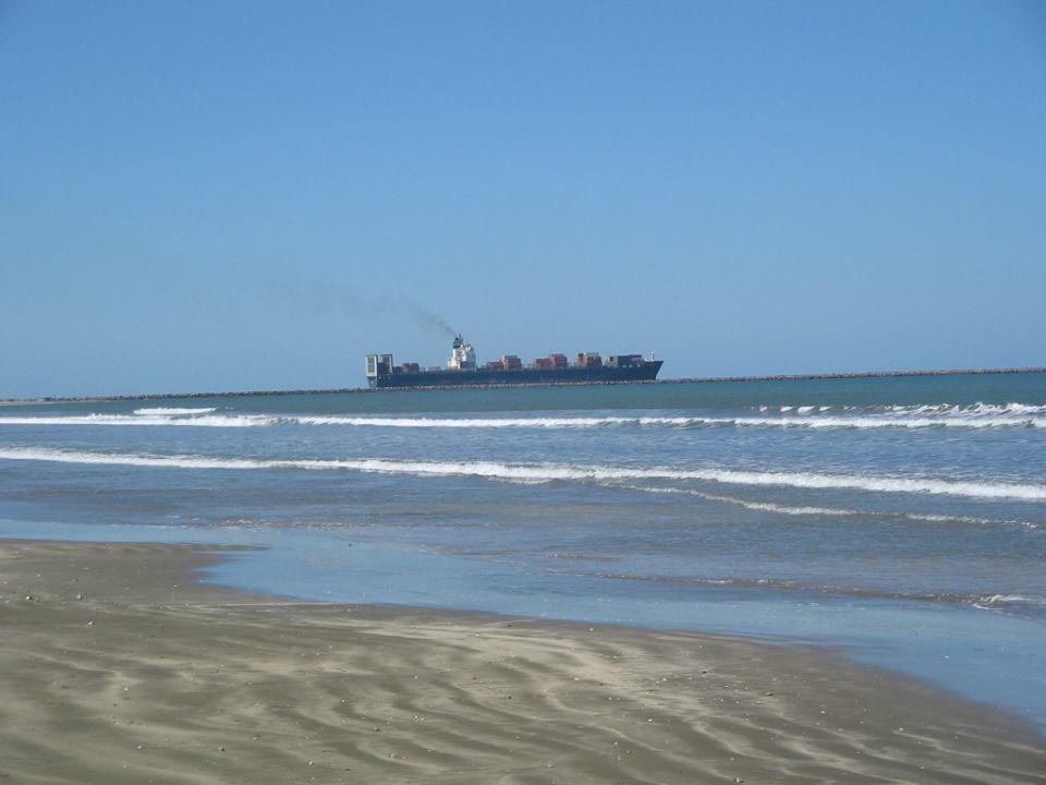 Navio Partindo Pelo Molhes Visto da Praia