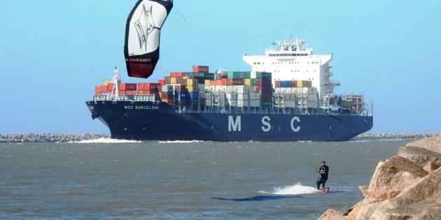 Racha entre Navio e Kait Surf no Canal