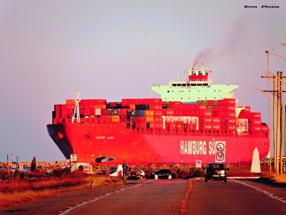 Navio Chegando no Porto Pelo Canal da Barra