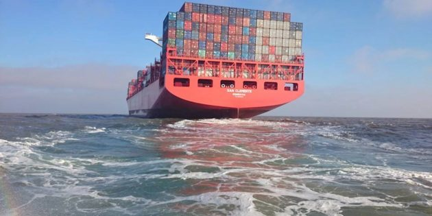 Navio de Container seguindo Viagem
