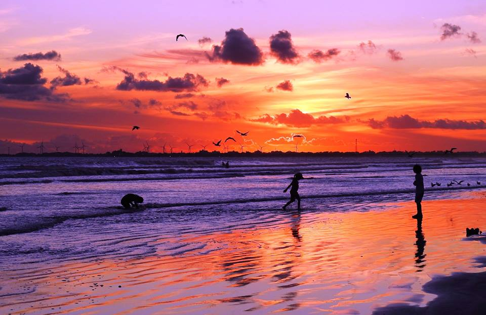 Crianças Brincando ao Entardecer na Praia