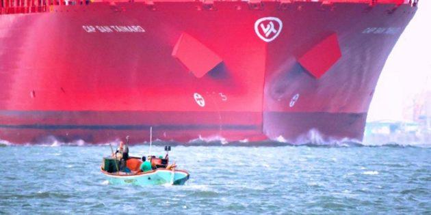 Navio Chegando ao Porto