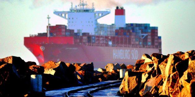 Navio Entrando Canal Visto Molhes da Barr